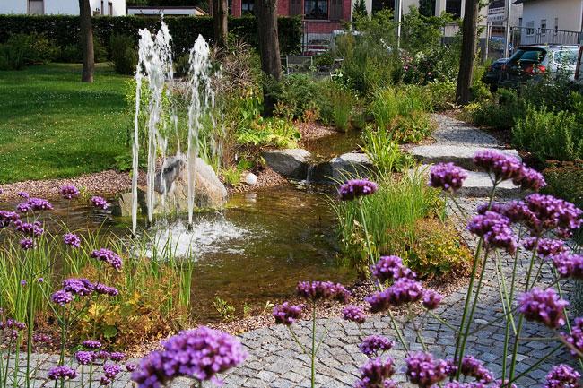 bachlauf im garten: fließendes wasser - Naturlicher Bachlauf Garten